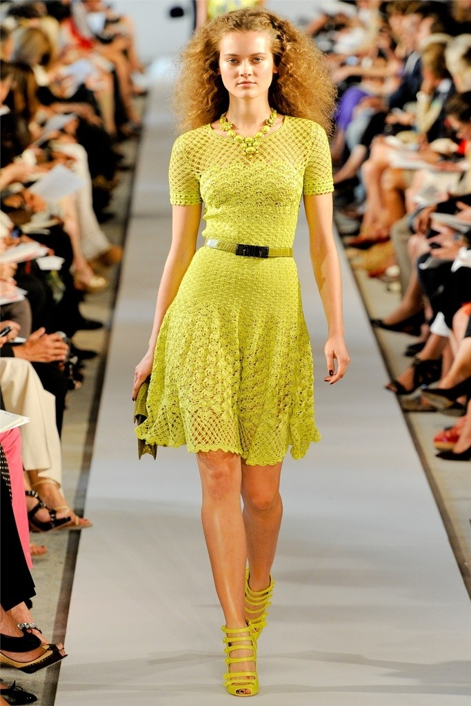 платье вязанное крючком желтое по колено