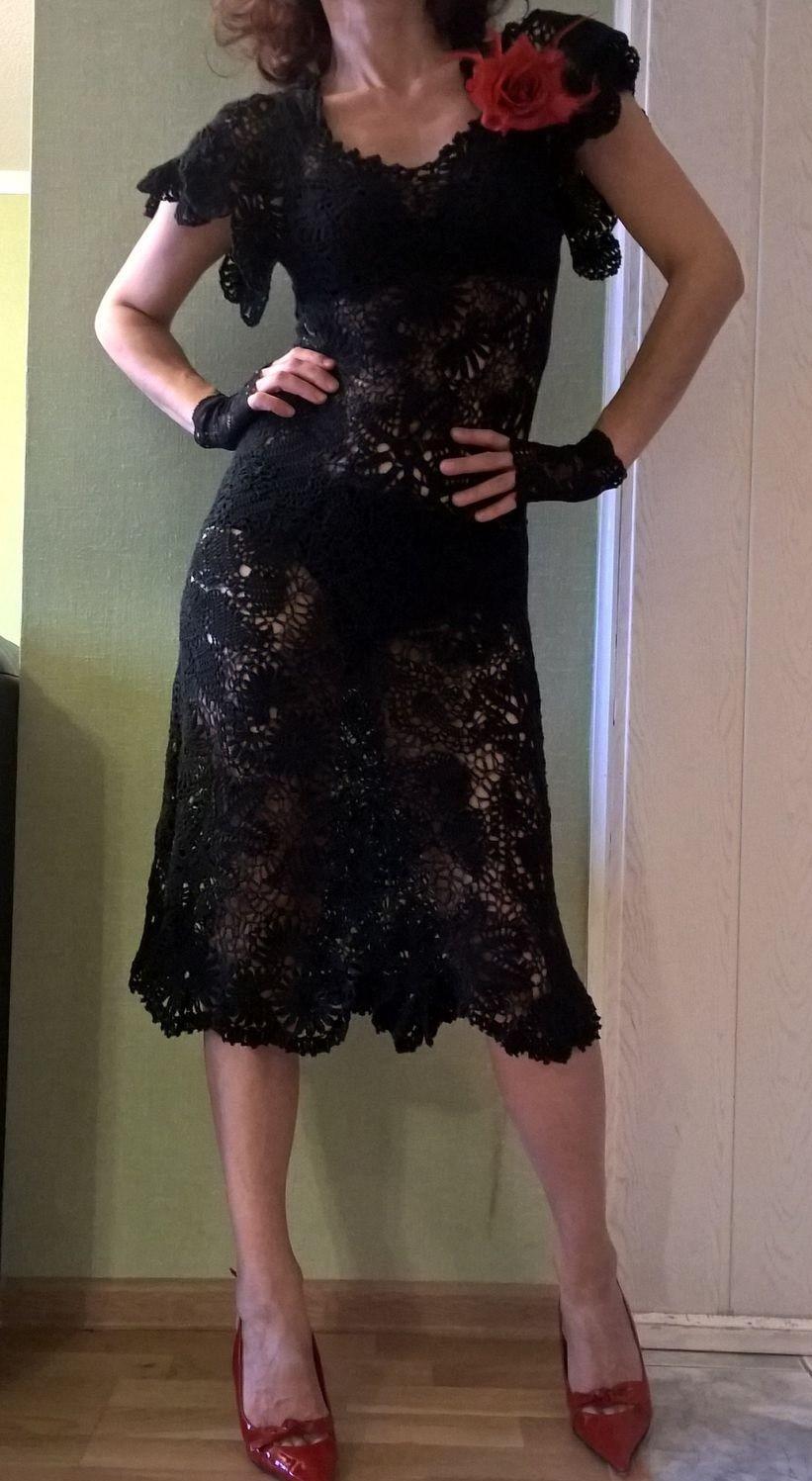 платье вязанное крючком черное с красным цветком