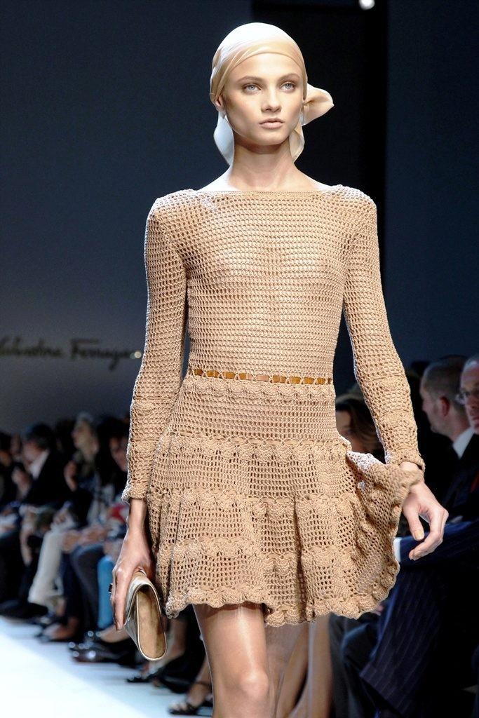 платье вязанное крючком коричневое с воланами