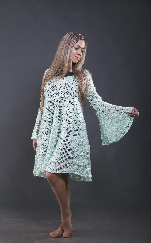 платье вязанное крючком рукава колокола по колено