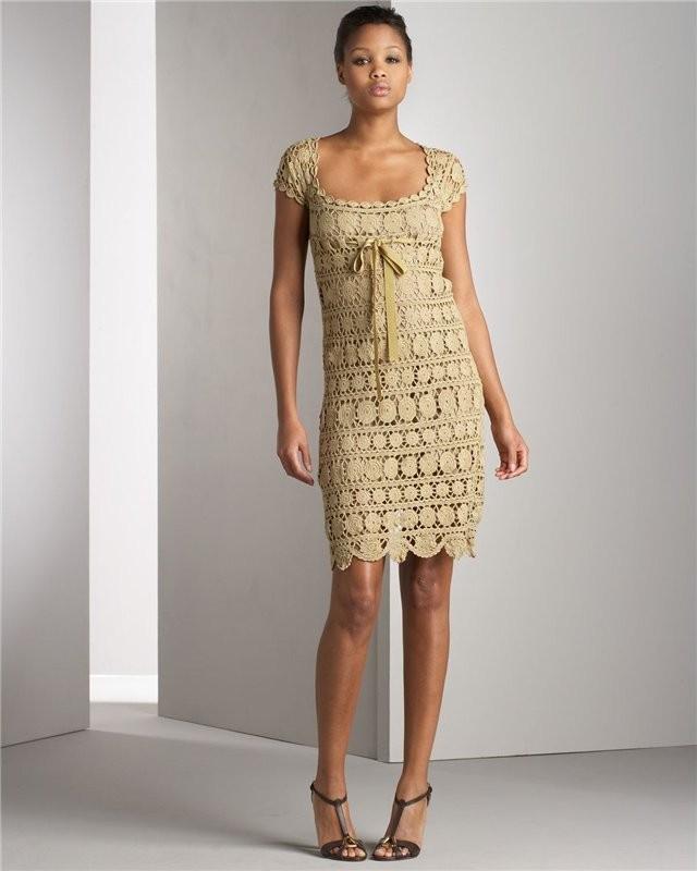 платье вязанное  крючком вечернее бежевое короткое