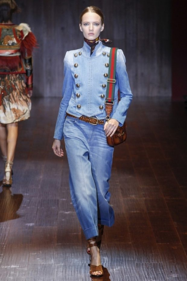 пиджаки женские модные в 2019-2020 году: джинсовый голубой с пуговицами в два ряда