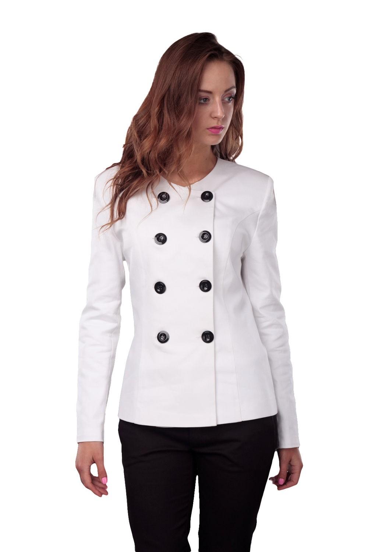 женский пиджак 2018 года модные тенденции: белый двубортный классика