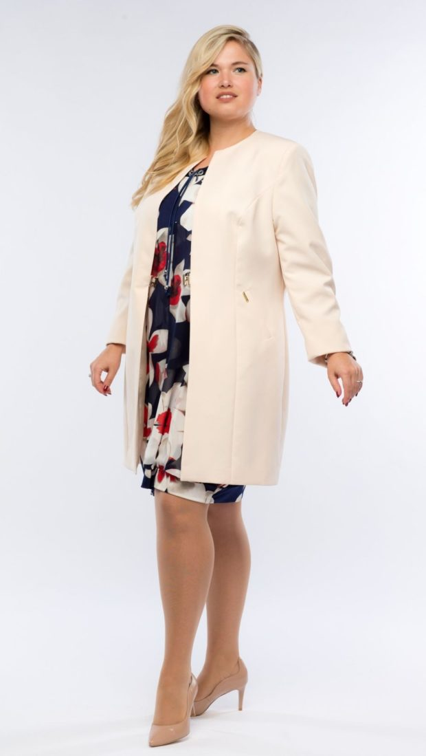 женский пиджак 2019-2020 года модные тенденции: длинный светло-бежевый