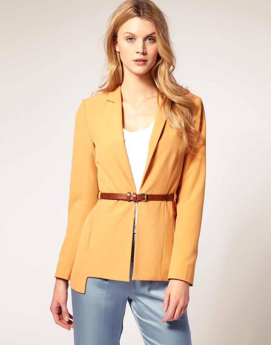 женский пиджак 2018 года модные тенденции: с поясом желтый