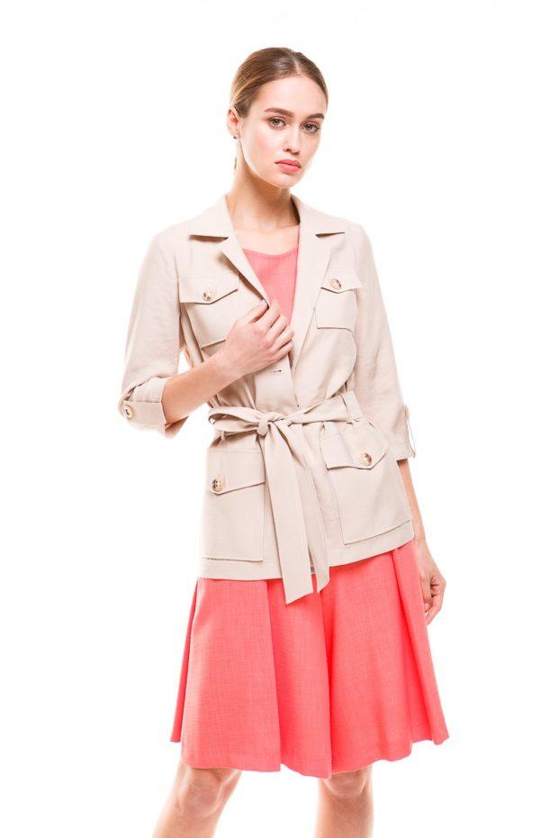 женский пиджак 2019-2020 года модные тенденции: с поясом милитари беж