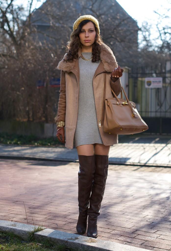Зимние луки 2018 2019: пальто бежевое классика сапоги высокие