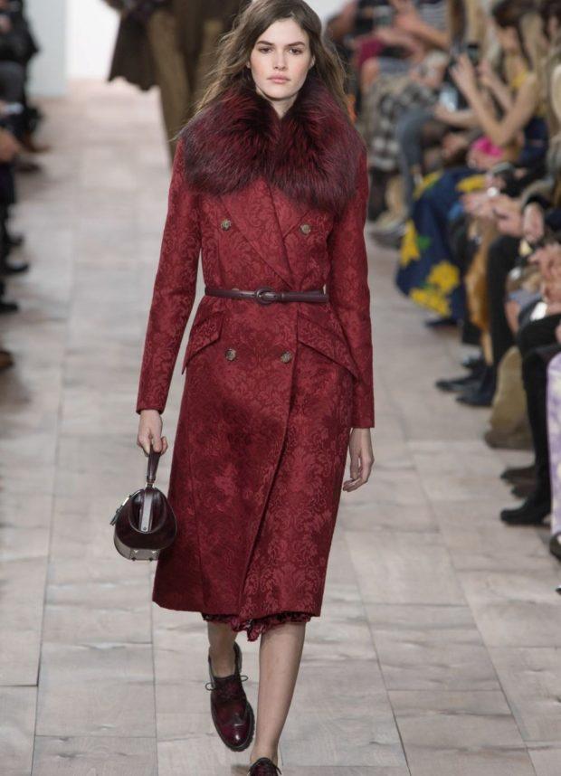 Зимние луки 2018-2019: красное пальто миди
