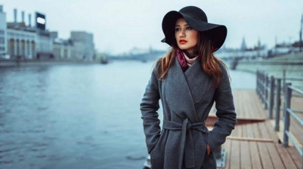 зимние луки 2018-2019: серое пальто шляпа с полями черная
