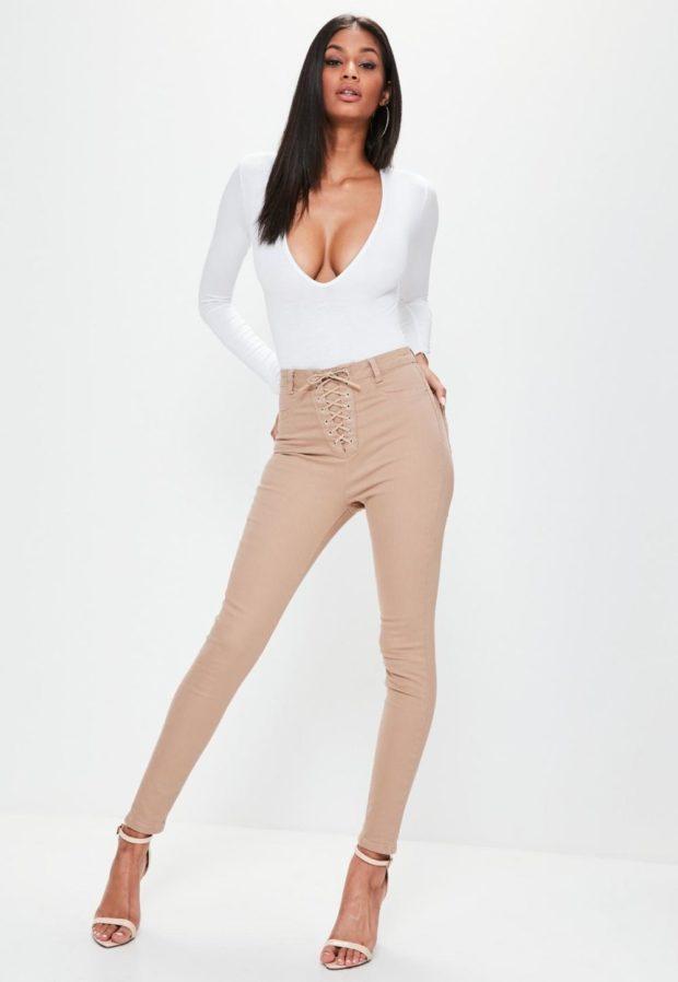 с чем носить бежевые джинсы
