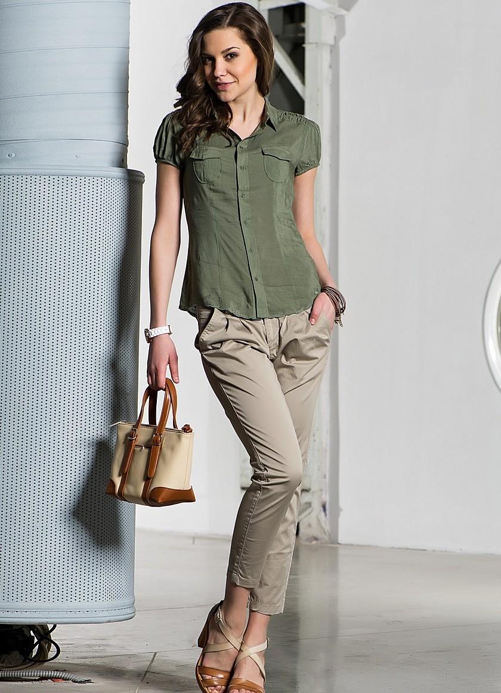бежевые брюки чиносы с чем носить