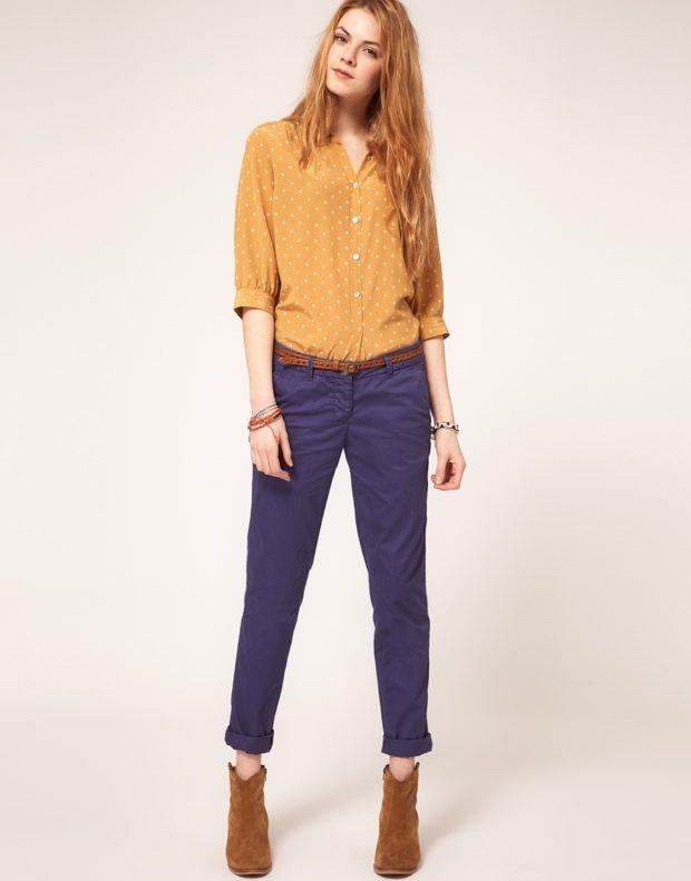 синие брюки чиносы с чем носить