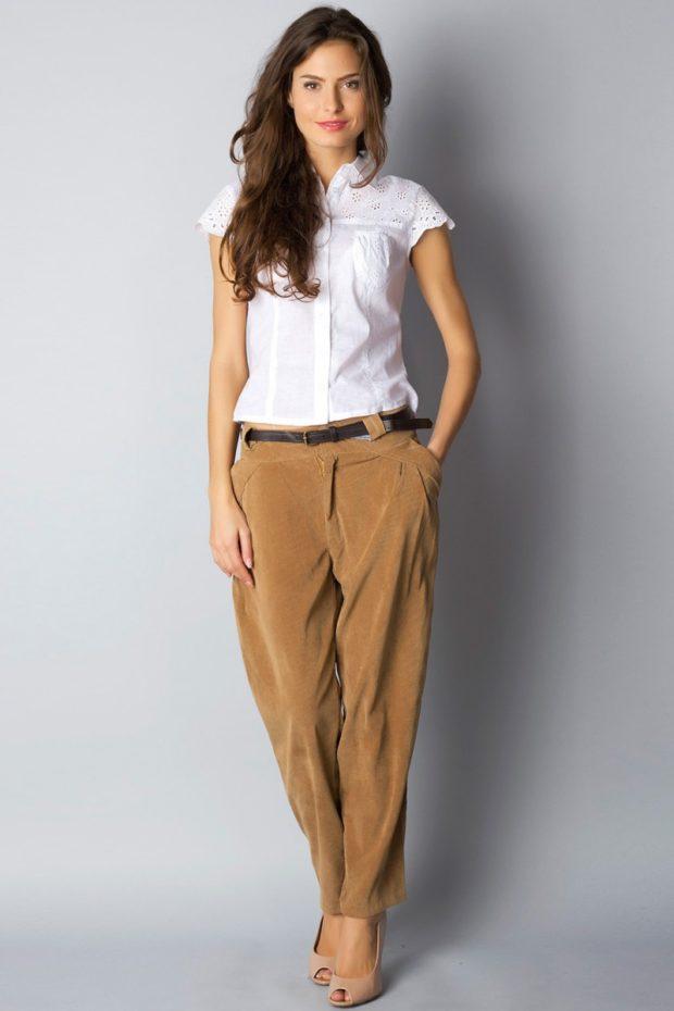 чиносы коричневые под рубашку белую