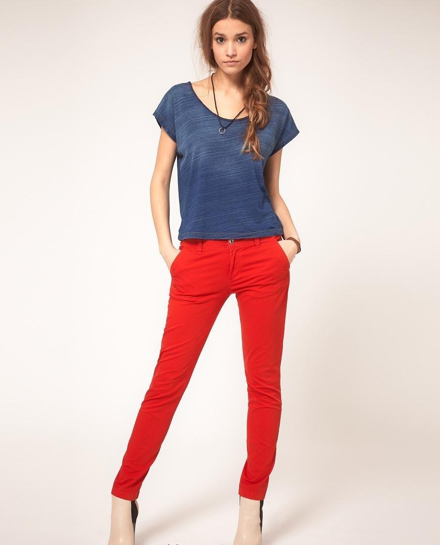 чиносы красные под туфли на каблуке под футболку синюю