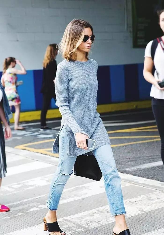 джинсовые чиносы под серую кофту длинную