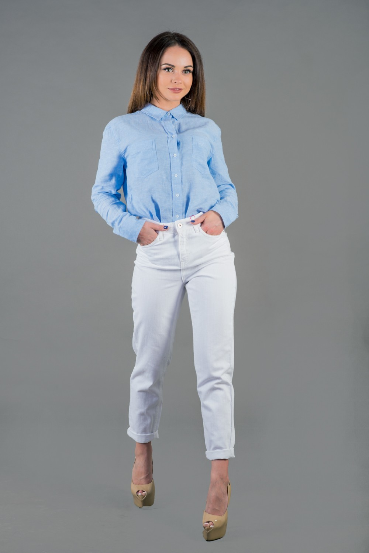 джинсовые белые чиносы под рубашку голубую