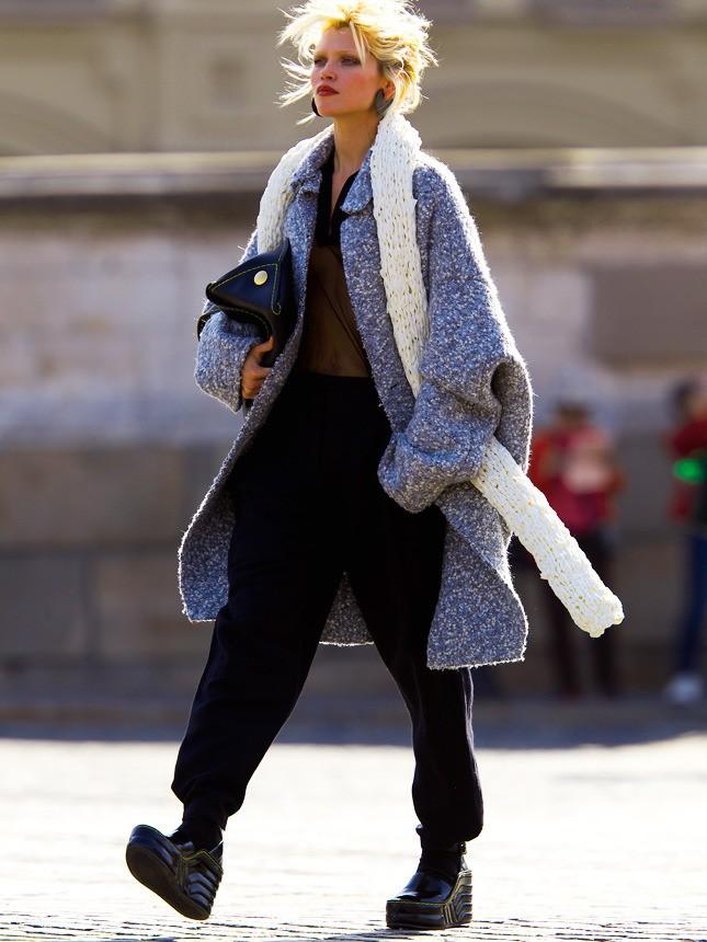 высокие брюки под пальто оверсайз серое