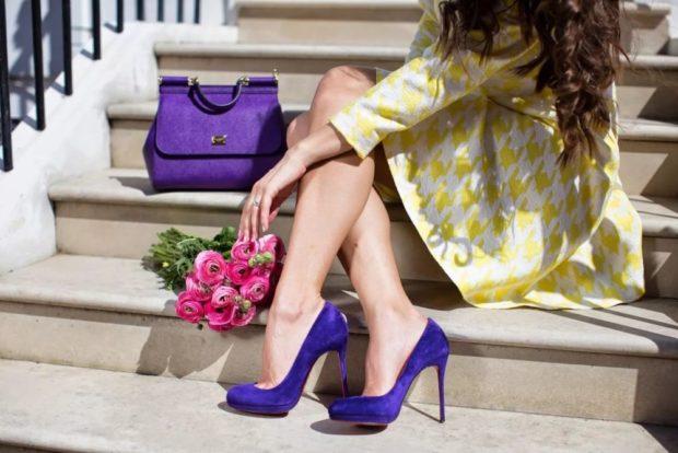 фиолетовая сумка под туфли в тон платье желтое