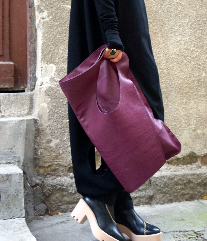 фиолетовая сумка ручная под черное длинное пальто