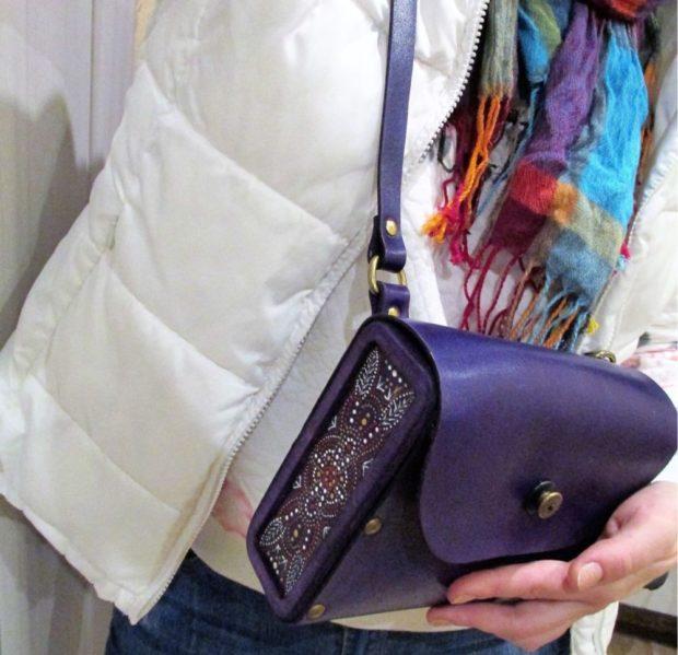 маленькая сумка фиолетовая под куртку белую зимнюю
