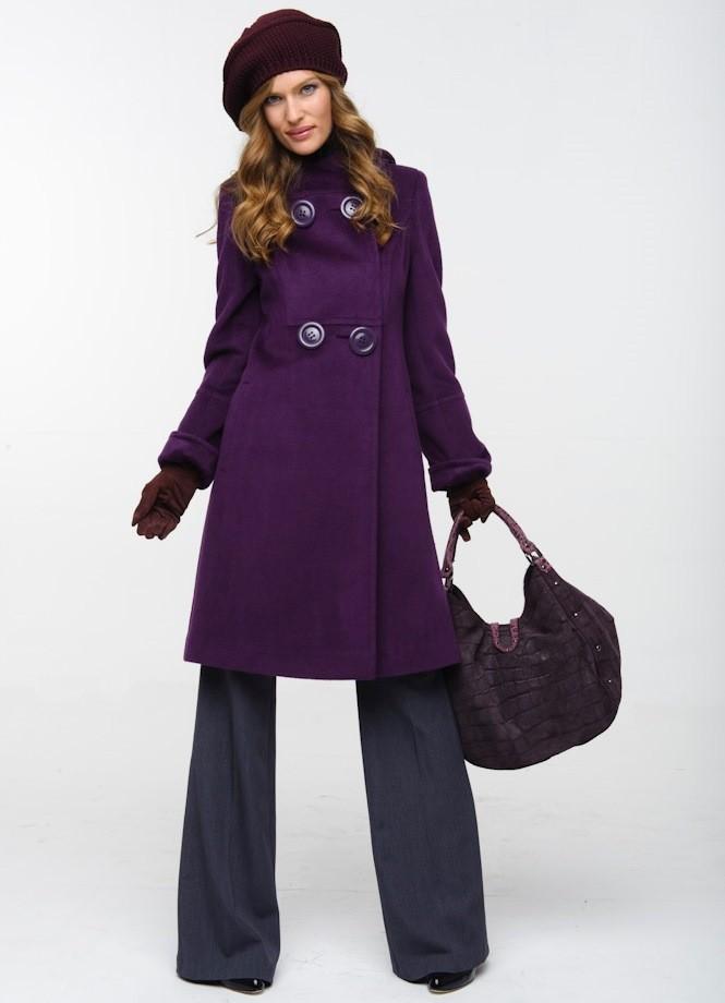фиолетовое пальто пол берет в тон