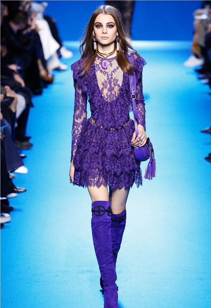 фиолетовые сапоги под платье кружевное в тон