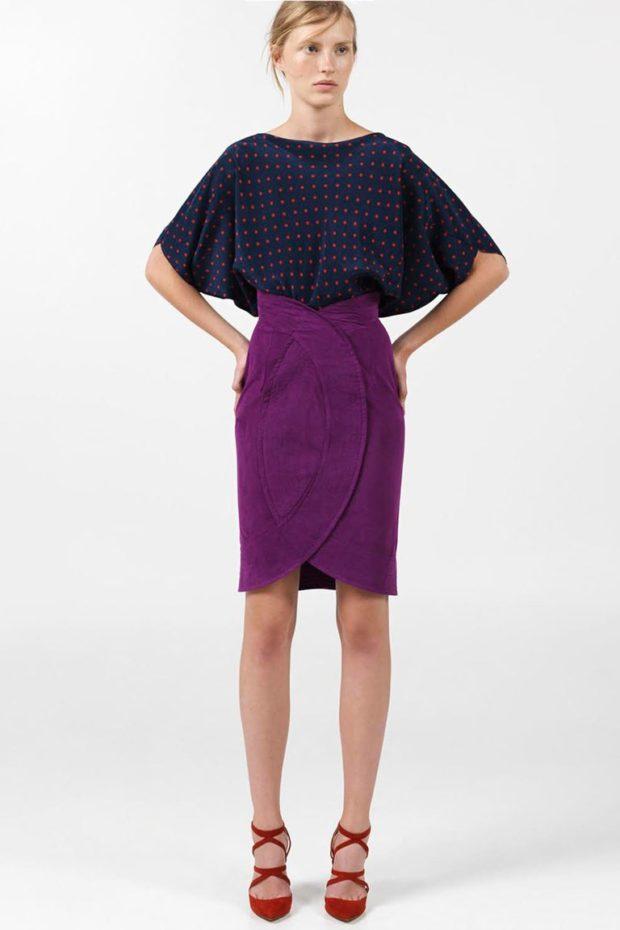 юбка фиолетовая офисная под блузку синюю в красный горох