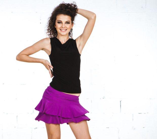 юбка фиолетовая коротка я с воланами под майку черную