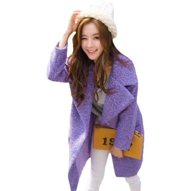 пальто фиолетовый оверсайз под белые лосины