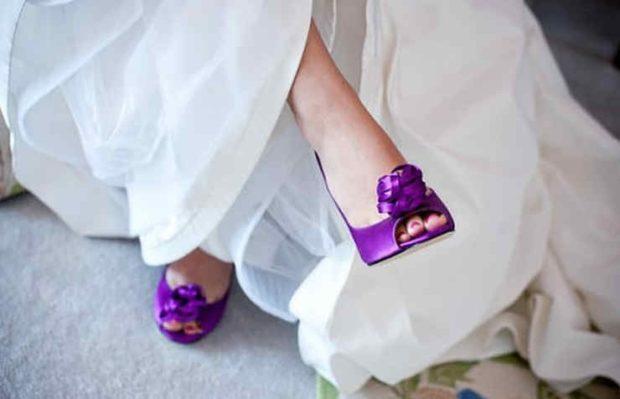 Фиолетовые туфли на каблуке носок открытый с цветком