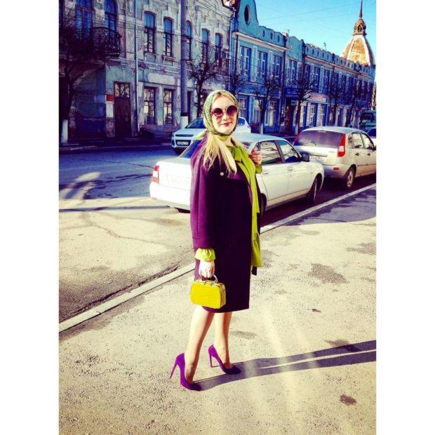 Фиолетовые туфли на каблуке под пальто черное сумка желтая платок желтый