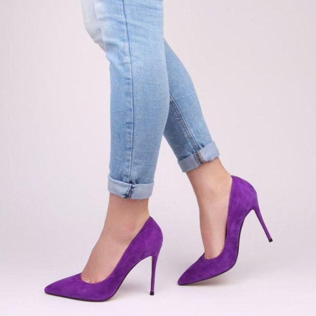 Фиолетовые туфли на каблуке под джинсы голубые
