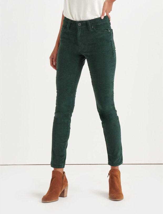 с чем носить цветные джинсы