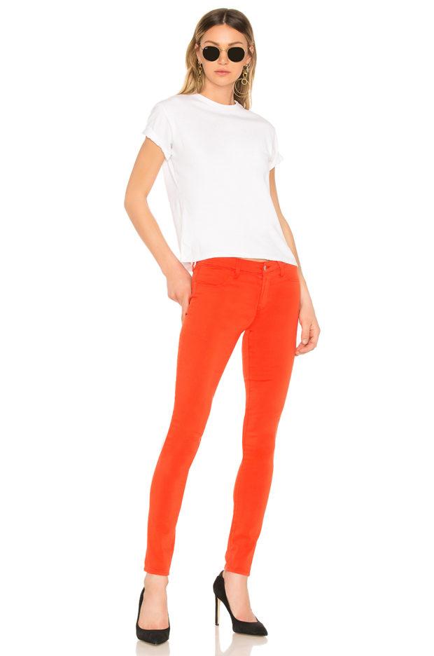с чем носить коралловые джинсы