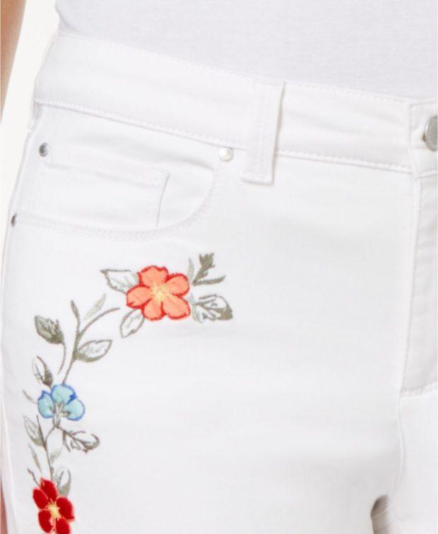 белые с вышивкой розы