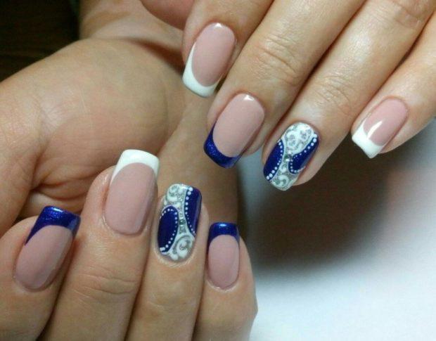 французский маникюр синий с белым на одном пальце узор