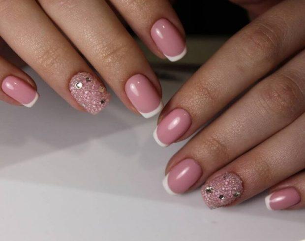 французский маникюр розовый один палец с камушками