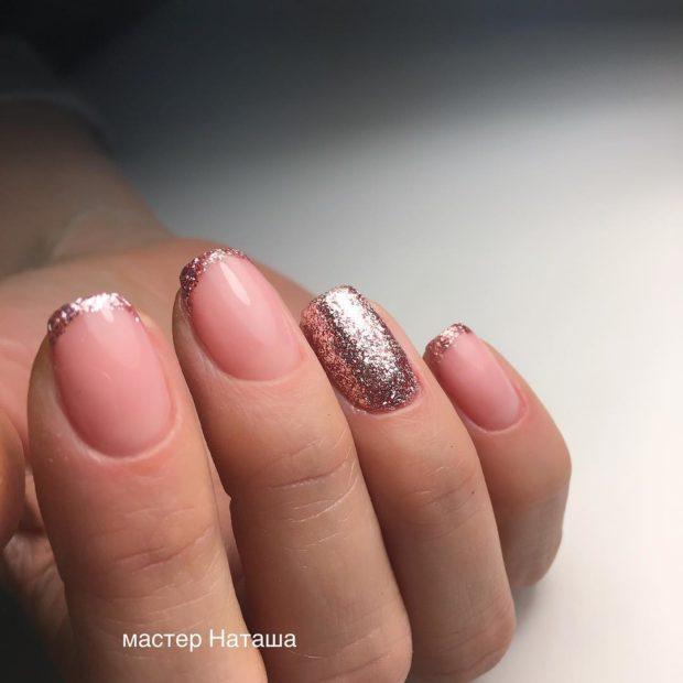 новогодний маникюр френч: розовый блестки