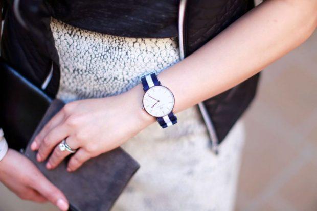 модные женские часы: тонкий синий ремень классика