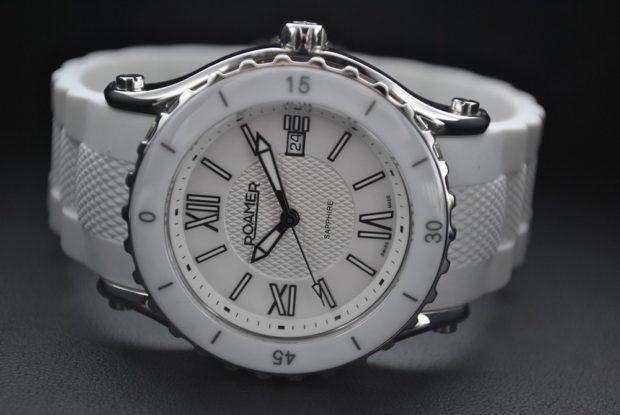 модные женские часы: белые каучуковый ремень