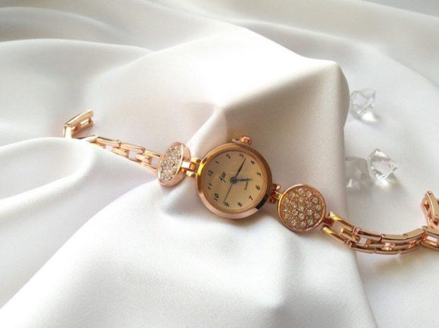 модные женские часы: золотые миниатюрные с камешками