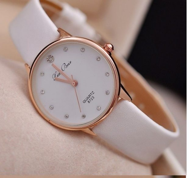 Классические женские часы белый ремешок камушки вместо цифр