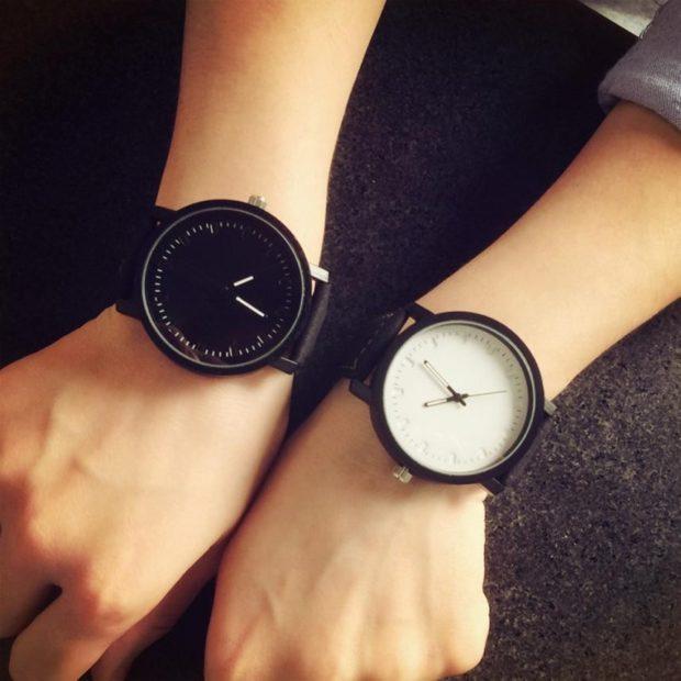 модные женские часы: с круглым циферблатом и черным ремешком