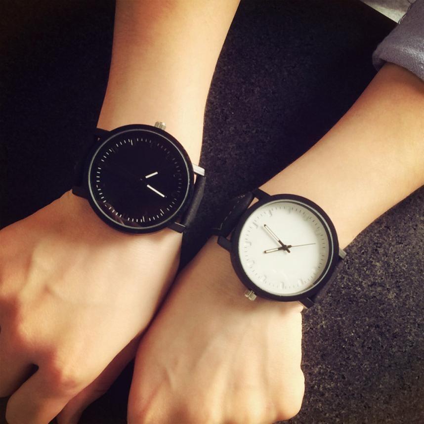 часы с круглым циферблатом и черным ремешком