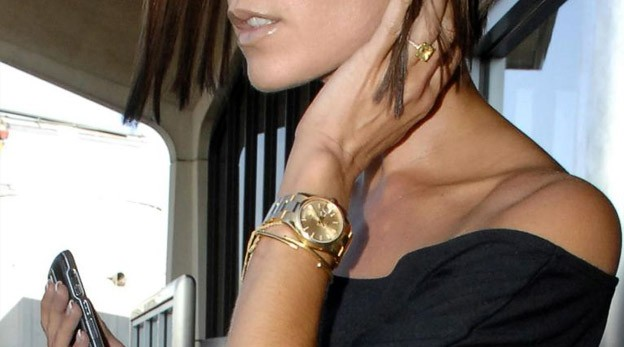 модные женские часы: с круглым циферблатом и золотым ремешком