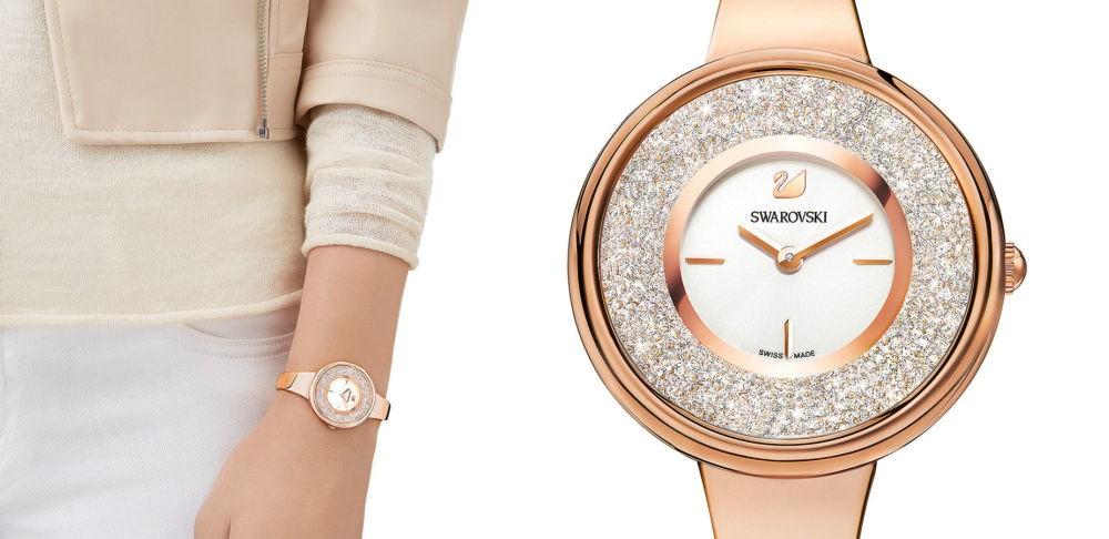 часы с круглым циферблатом с камнями и золотым кожаным ремешком