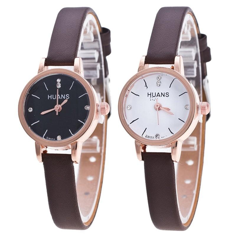 часы с круглым циферблатом и коричневым кожаным ремешком