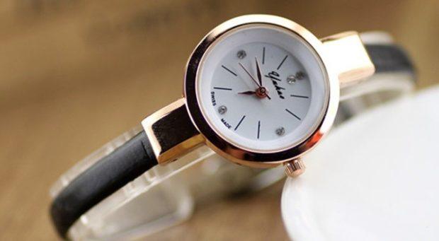 модные женские часы 2018 года: с круглым циферблатом и черным каучуковым ремешком