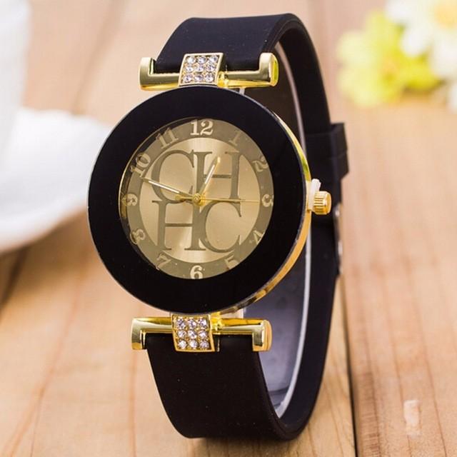 часы с круглым циферблатом с камнями и черным каучуковым ремешком