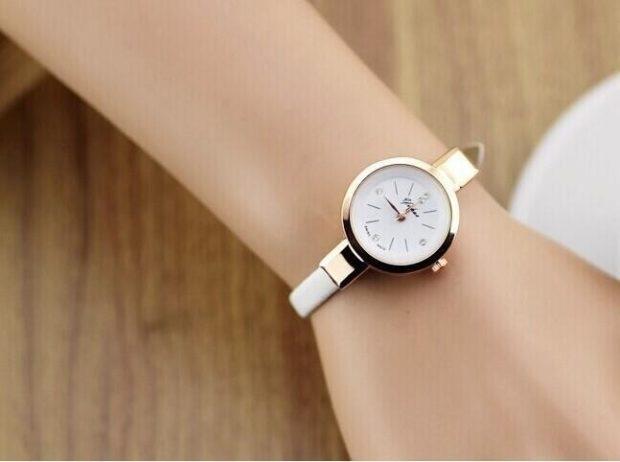 модные женские часы 2018 года: с круглым циферблатом и белым каучуковым ремешком